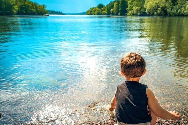 soñar con bebés en el agua